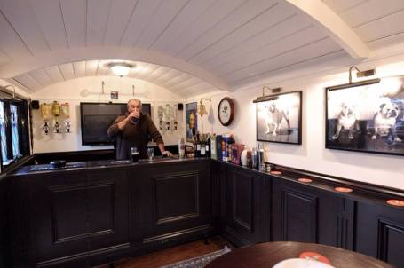 20141206sa-shepherds-hut-wagon-retreat-tiny-house-interior-example-004