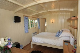 20141206sa-shepherds-hut-wagon-retreat-tiny-house-interior-example-009